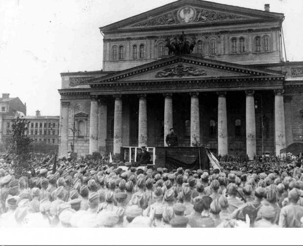 Площадь Свердлова. 1920 г. Предполагаемое место театрального лагеря в здании справа от театра. Фото: PastVu