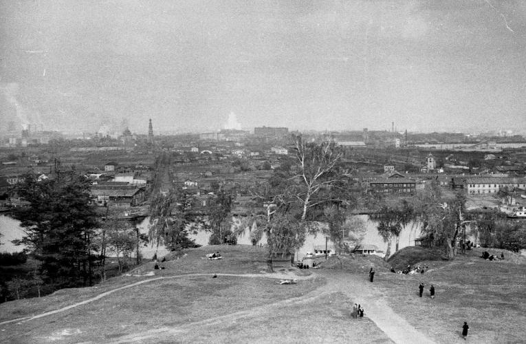 Вид на Лужники с Воробьевых гор. 1950–1951. Фото: Георгий Умнов, PastVu