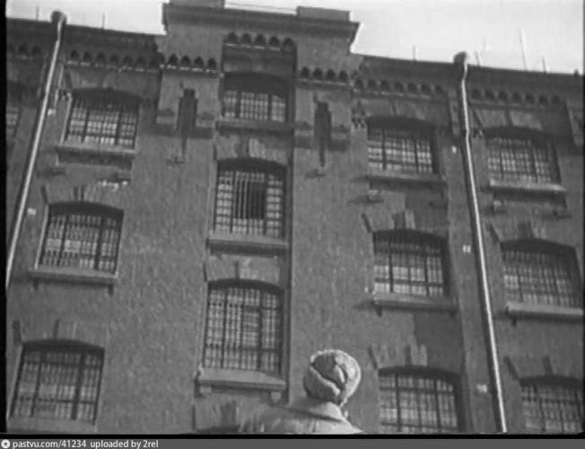 Пятиэтажный корпус во внутреннем дворе тюрьмы. Кадр из фильма «Путевка в жизнь», 1929–1931 гг.