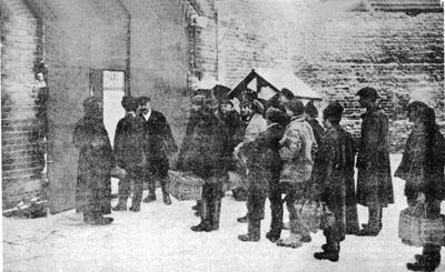 Начальник Сокольнического исправдома провожает заключенных, вышедших на свободу по амнистии в 1927 г. Фото опубликовано в: журнал «Огонек», 1927 г.