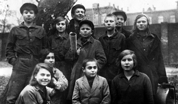 Группа воспитанников 1-го Пионер-дома; вторая слева в первом ряду Лилия Карастоянова. Москва. Конец 1920-х гг.