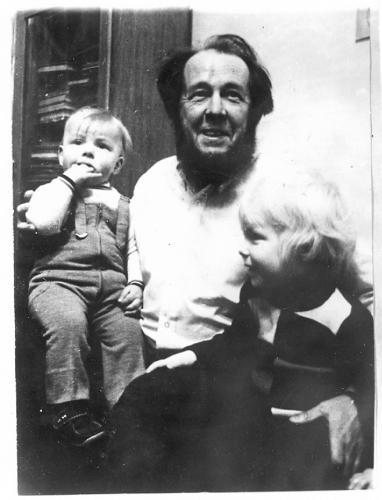 Солженицын с сыновьями в московской квартире. 1973 г. Фото: архив общества «Мемориал»