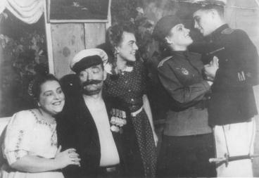 Сцена из спектакля. Нина Веселитская в центре. Фото: sakharov-center.ru