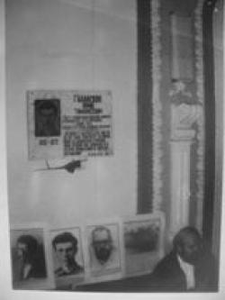 Памятная доска Юрию Галанскову. 1992. Фото: Витольд Абанькин, архив общества «Мемориал»