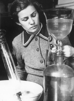 МГУ. В лаборатории. 1937. Фото: И. Шагин, МАММ / МДФ, russiainphoto.ru
