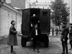 Процесс по «Шахтинскому делу». Обвиняемые выходят из спецавтомобиля у зала суда. Фото: МАММ / МДФ, russiainphoto.ru
