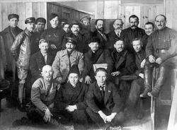 Д. Рязанов среди делегатов VIII съезда РКП (б) в 1919 г. (верхний ряд, четвертый справа). В центре – Сталин, Ленин, Калинин. Фото: Wikipedia